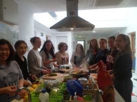 Estudiantes durante una clase de cocina