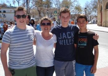 Estudiantes con su familia de acogida